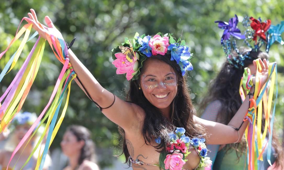 Foliona do Vem Cá Minha Flor: borboleta, flores e fitas na fantasia Foto: Márcio Alves