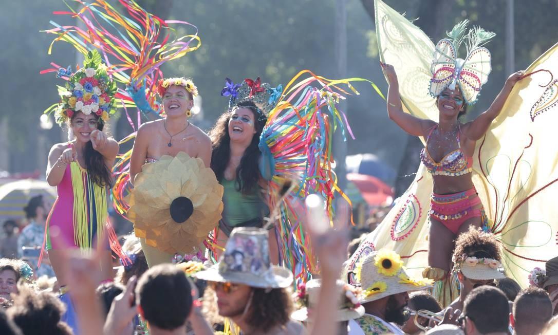 Folionas em pernas de pau desfilam no bloco Vem Cá Minha Flor, no Centro do Rio Foto: Márcio Alves