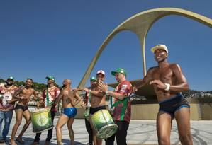 Passistas masculinos preparam marquinha de fita isolante para o carnaval Foto: Ana Branco / Agência O Globo