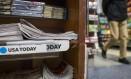 Uma pilha de jornais do USA Today em uma banca de jornal em Nova York Foto: NYT