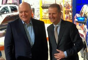 O presidente da Ford, Jim Hackett, ao lado do presidente da Volks, Herbert Diess, no Salão de Automóveis de Detroit, nos EUA Foto: Ben Klayman / Reuters