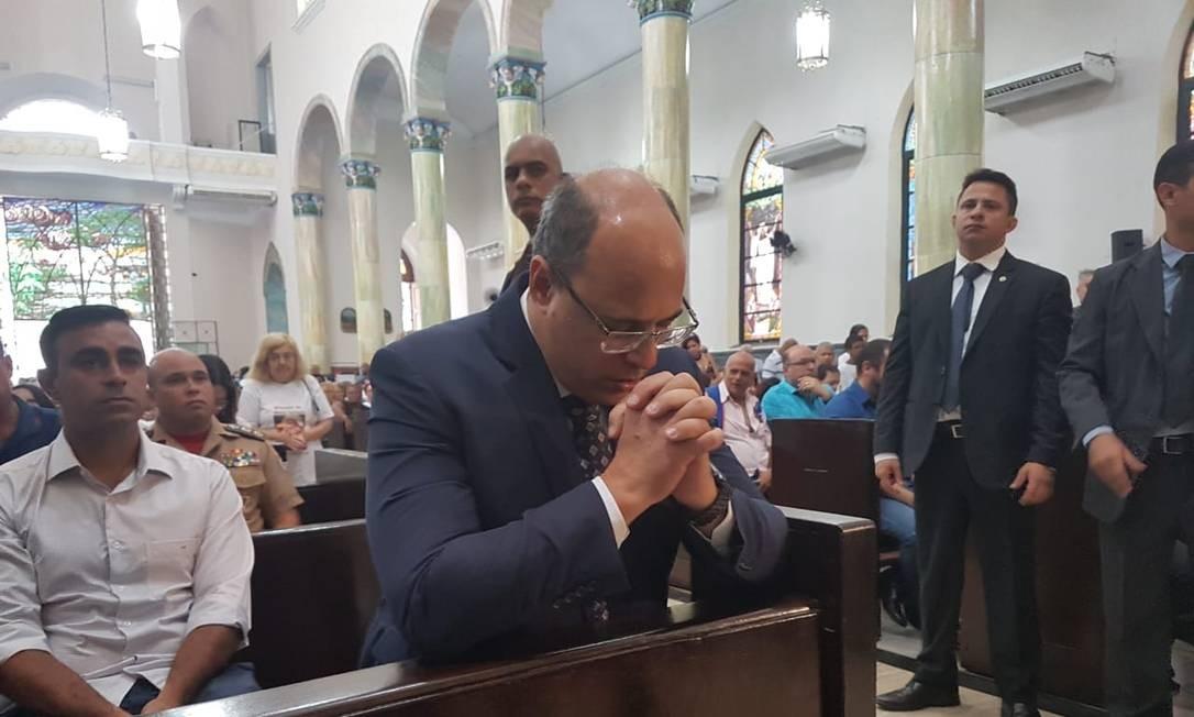 Wilson Witzel reza durante a missa pelos 186 anos de Nova Iguaçu. Durante a celebração, governador Witzel comungou e ainda participou do ritual do ofertório. Macos Nunes / Agência O Globo