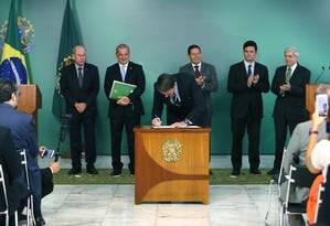 O presidente Jair Bolsonaro ao assinar o decreto de flexibilização da posse de armas Foto: Jorge William / Agência O Globo
