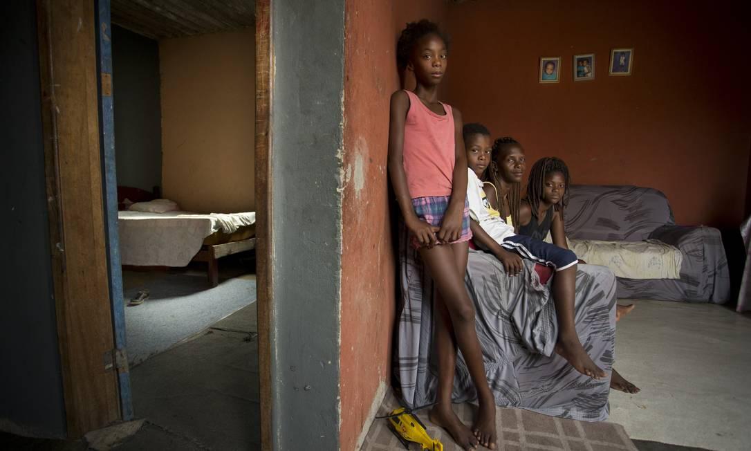 Família em sua casa em Jardim Gramacho, no Rio: taxa de pobreza na América Latina afeta centenas de milhões de pessoas, segundo a Cepal Foto: Márcia Foletto / Agência O Globo