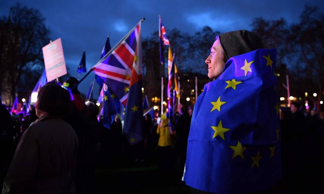 A votação dividia a opinião dos britânicos; previsões da imprensa já indicavam derrota de May Foto: BEN STANSALL / AFP