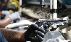 Arma na linha de montagem de fábrica da Taurus: queda nas ações Foto: DIEGO VARA / REUTERS