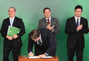 Bolsonaro assina decreto com novas regras para a posse de armas Foto: Evaristo Sá / AFP