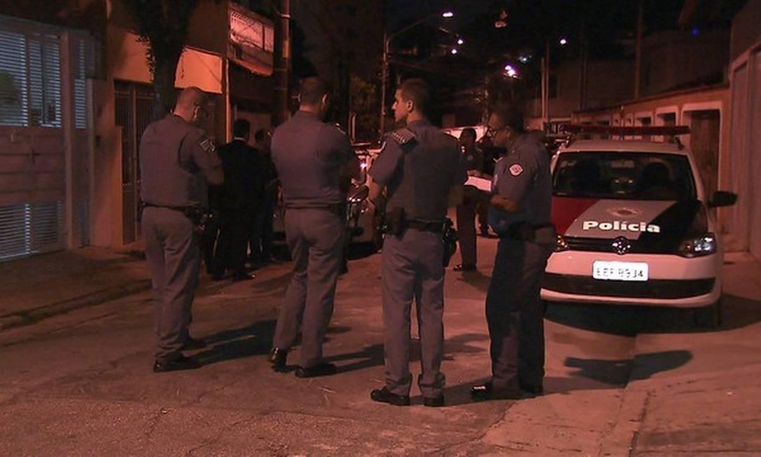 Policiais militares em frente à casa onde ocorreu um assalto, no bairro de Jaguaré, em SP Foto: Reprodução/TV Globo