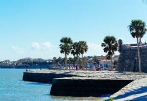 Turistas na orla do Castillo de San Marcos, uma das principais atrações de Saint Augustine, cidade mais antiga dos EUA, na Flórida Foto: Visit Florida / Divulgação