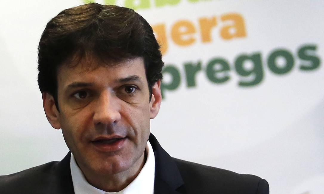 O ministro do Turismo, Marcelo Álvaro Antônio, durante entrevista Foto: Jorge William / Agência O Globo