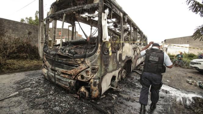 Ônibus incendiado por criminosos em Fortaleza, no dia 10 de janeiro Foto: Jarbas Oliveira / Parceiro / Agência O Globo