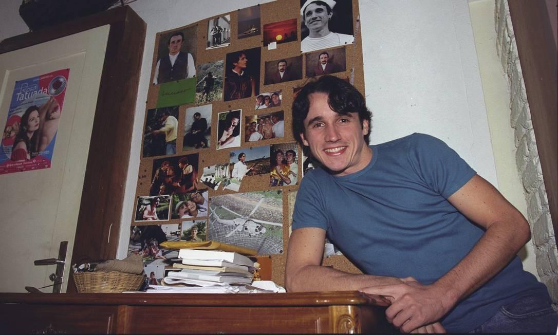 O ator em sua casa no Leblon, em reportagem do GLOBO de 2001 Foto: Luís Alvarenga / Agência O Globo
