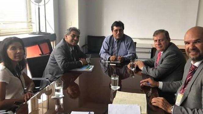 O senador Hélio José (Pros-DF) e comitiva que viajou a Lima Foto: Divulgação/Twitter