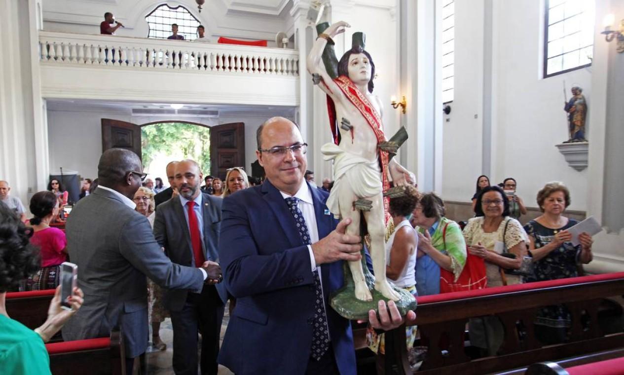 Governador Wilson Witzel carrega a imagem de São Sebastião, padroeiro do Rio de Janeiro, durante Visita oficial da imagem à capela de Santa Terezinha, zona sul da cidade Foto: Paulo Vitor / Divulgação