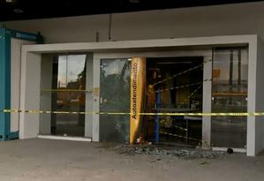 Agência bancária destruída por bandidos na madrugada desta quarta-feira, em Fortaleza Foto: Reprodução / TV Globo