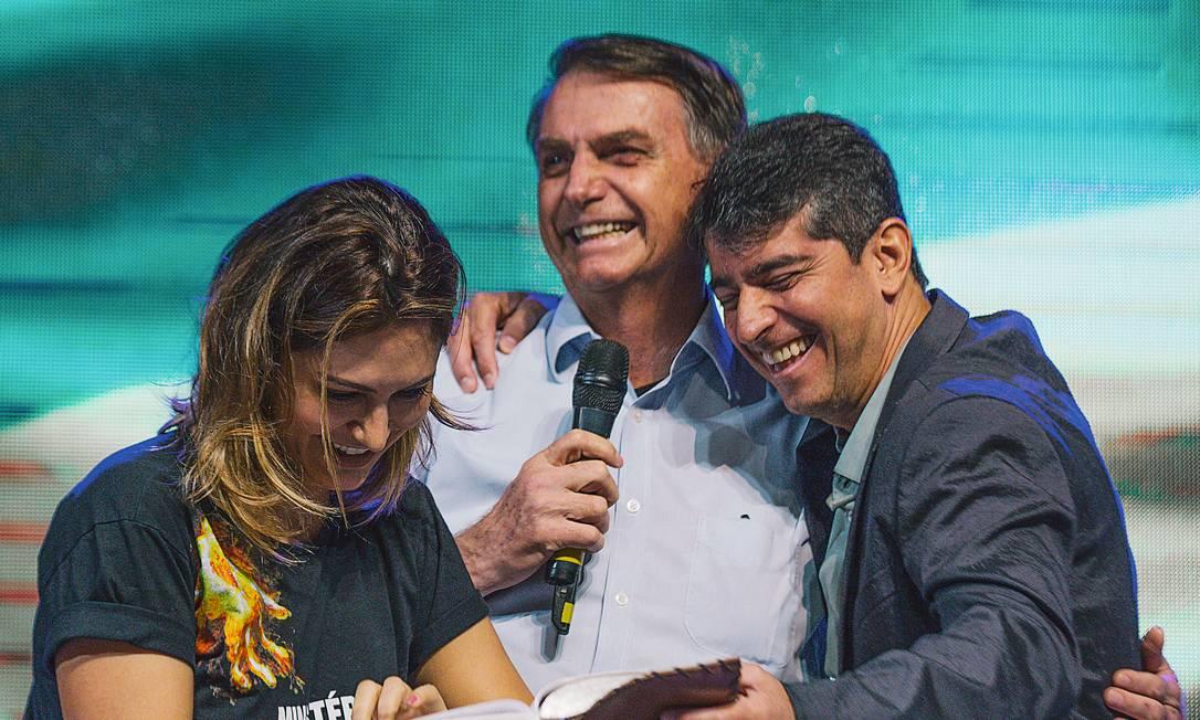 Michelle, Jair Bolsonaro e Josué Valandro Jr. se abraçam e rezam durante culto realizado em novembro na Igreja Batista Atitude Foto: IGREJA BATISTA ATITUDE / DIVULGAÇÃO