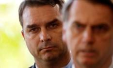 O deputado estadual Flávio Bolsonaro, ao lado do pai, o presidente Jair Bolsonaro Foto: Adriano Machado/Reuters/27-11-2018