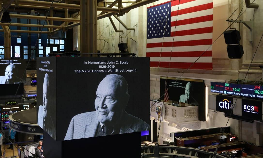 Bogle é homenageado em telão na Bolsa de Nova York Foto: BRENDAN MCDERMID / REUTERS