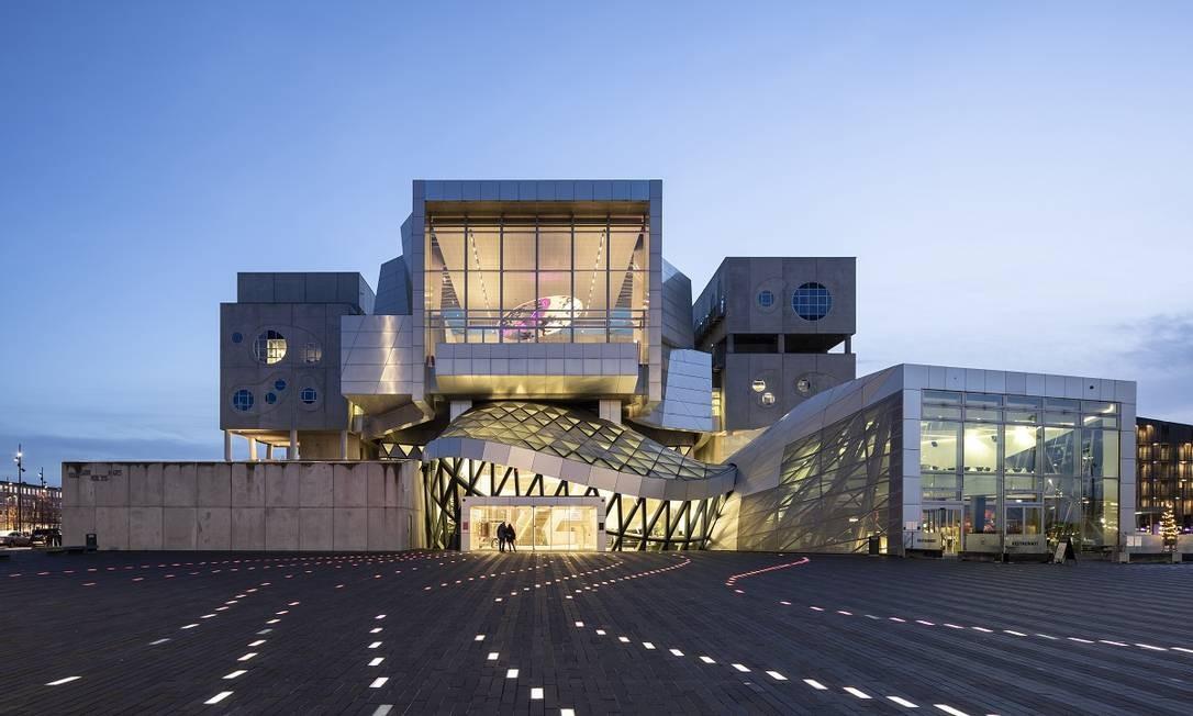 O salão de concertos Musikkens Hus é um dos prédios arrojados que ajudaram a renovar a antiga zona portuária de Aalborg, na Dinamarca Foto: Andreas Meichsner / The New York Times