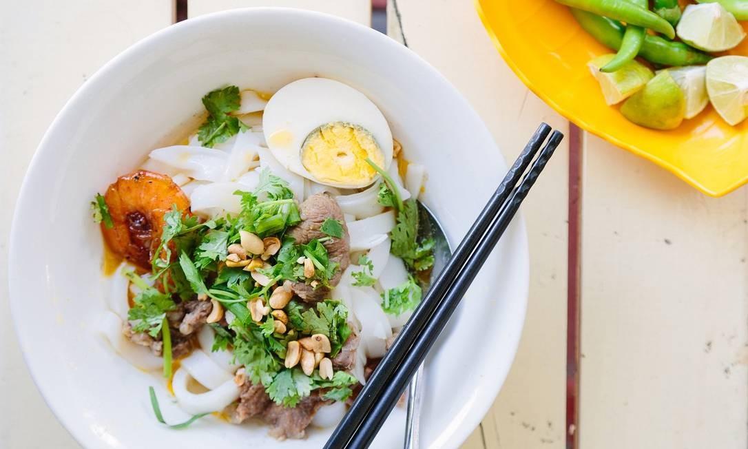 Uma tigela de Mi Quang, famoso prato local de Danang, no Vietnã Foto: Lauryn Ishak / The New York Times