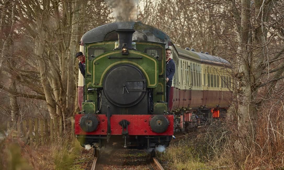 A locomotiva a vapor Salmon viaja pela Royal Deeside Railway, em Aberdeen, na Escócia Foto: Andy Haslam / The New York Times