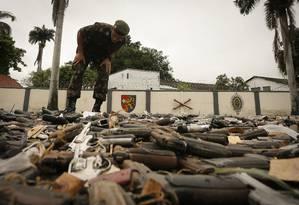 Militares destroem armas apreendidas Foto: Pablo Jacob / Agência O Globo