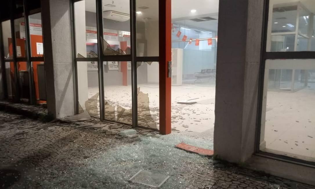 Agência bancária destruída após explosão de caixas eletrônicos no Rio Foto: Diego Amorim / Agência O Globo