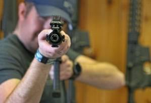 Americano posa com fuzil AR-15 Foto: GEORGE FREY / AFP