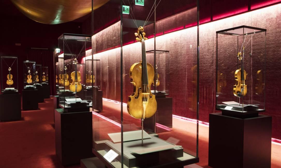 Violinos, violas e cellos criados por Antonio Stradivari, assim como violinos de Amati e Guarneri del Gesù, no Museo del Violino, em Cremona, na Itália Foto: ISABELLA DE MADDALENA / NYT