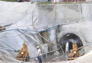 Operários trabalham nas obras da galeria de cintura de águas pluviais de São Conrado Foto: Márcio Alves / Agência O Globo