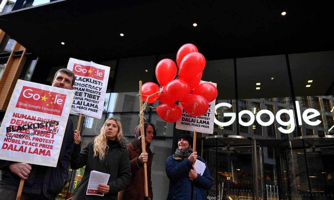 Protestos em frente ao Google em Londres: organização austríaca apresentou queixas por violações de regras de privacidade europeias contra oito empresas Foto: BEN STANSALL / AFP