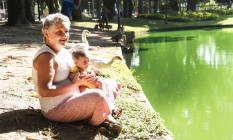 A professora Selma Zacman, com seu neto Gael; ela teve dengue, zika e chicungunha e sofreu até conseguir um diagnóstico correto Foto: Marcos Ramos / Agência O Globo