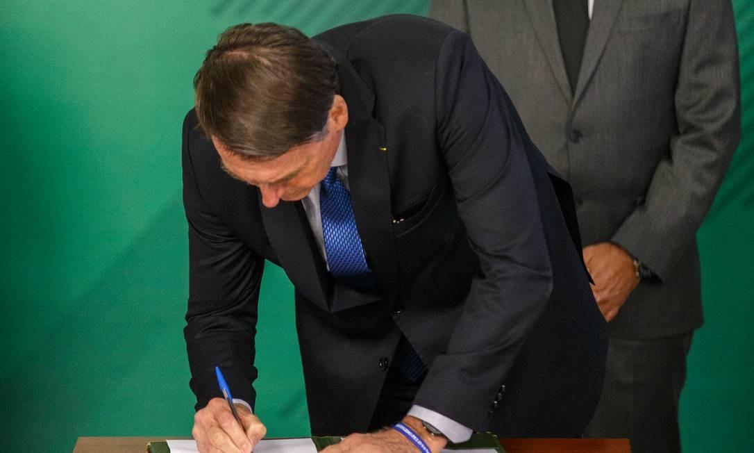 O presidente Jair Bolsonaro participa de cerimonia de assinatura de MP que visa coibir fraudes no INSS Foto: Daniel Marenco / Agência O Globo