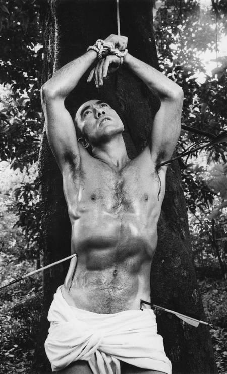IDENTIDADE: O autor Yukio Mishima representando São Sebastião. Em sua autobiografia, o japonês conta ter sido seu despertar sexual com os quadros que Guido Remi fez do santo Foto: Reprodução