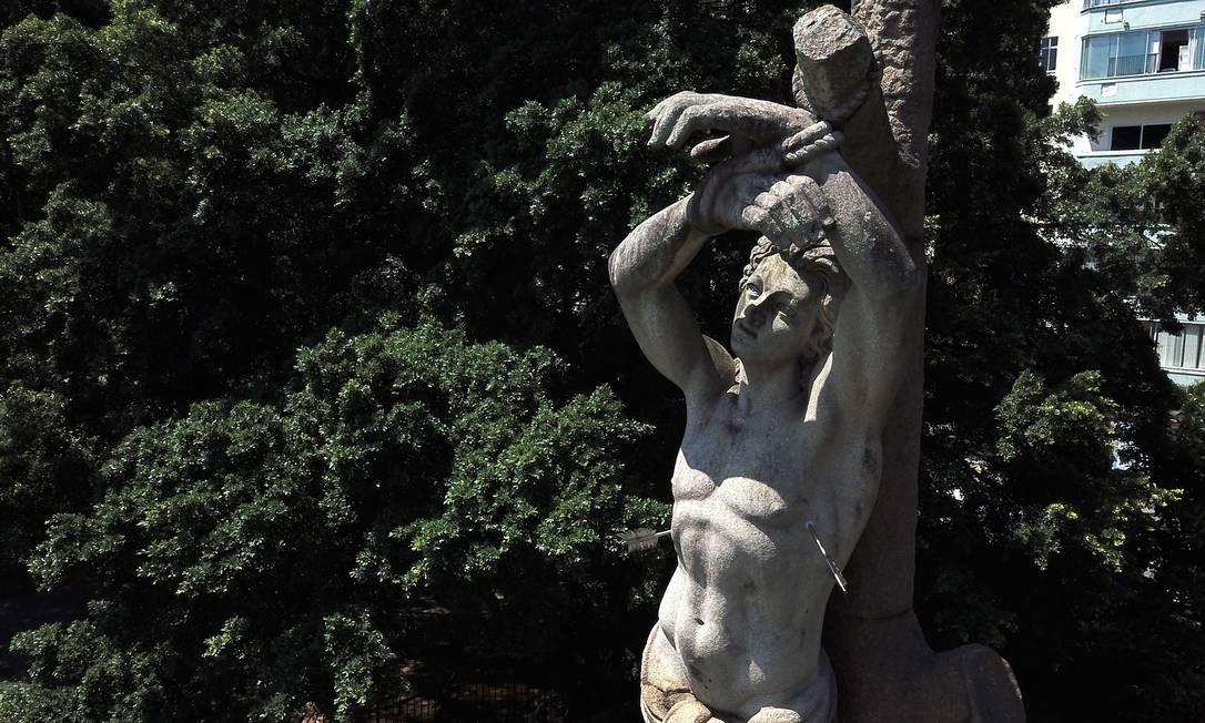 NA GLÓRIA: Estátua do Padroeiro do Rio na Praça Luís de Camões Foto: Custódio Coimbra / Agência O Globo