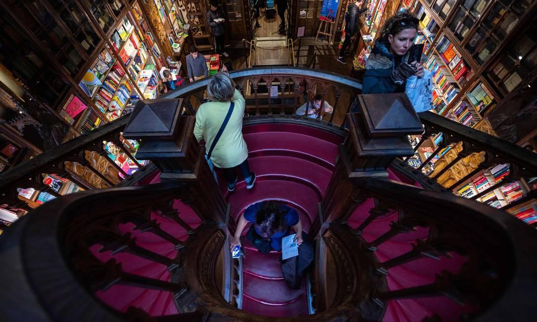 A escada neogótica é uma das marcas registradas da Livraria Lello, no Porto, que inspirou J.K. Rowling a criar o universo de Harry Potter Foto: MIGUEL RIOPA / AFP