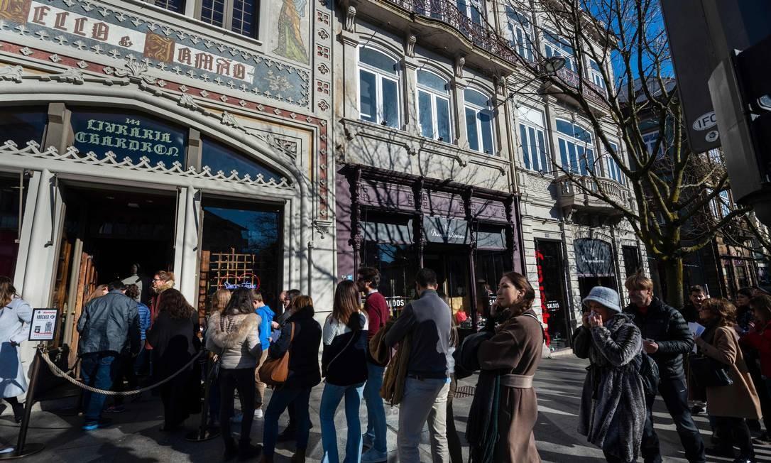 As filas na porta da livraria são comuns, mesmo com uma taxa de visitação no valor de 5 euros Foto: MIGUEL RIOPA / AFP