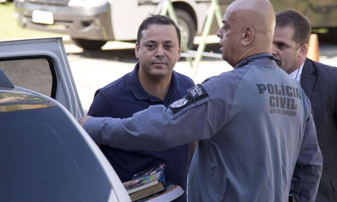 Rodrigo Neves na Cidade da Polícia, antes de seguir para Bangu Foto: Márcia Foletto / Agência O Globo