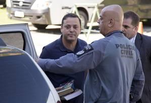 Rodrigo Neves na Cidade da Polícia, antes de seguir para Bangu: Foto: Márcia Foletto / Agência O Globo