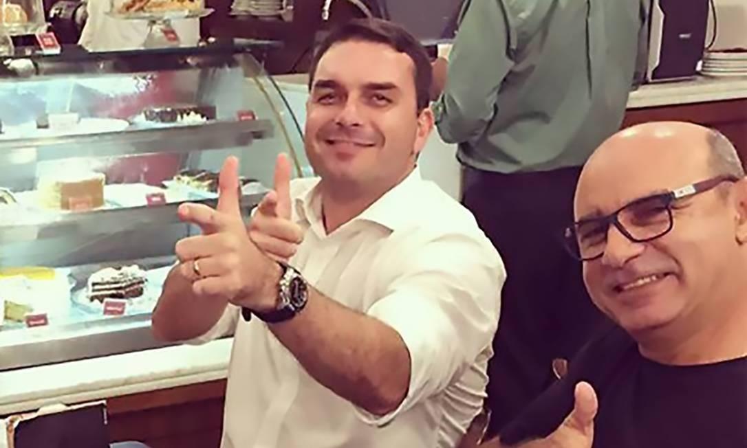 Flavio Bolsonaro com seu ex-assessor Fabrício Queiroz simulando uma arma de fogo Foto: Reprodução