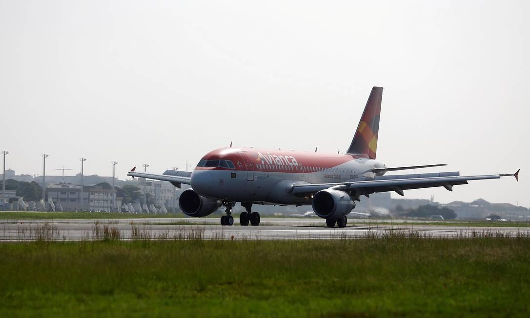 Um avião da Avianca pousa no aeroporto Santos Dumont: busca de novos investimentos Foto: Ricardo Moraes / Reuters