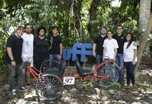 Grupo de alunos do Programa de Ensino Tutorial da Engenharia Mecânica (PET-MEC) da Escola de Engenharia da UFF com o protótipo do veículo que criaram. Foto: Antonio Scorza / Agência O Globo