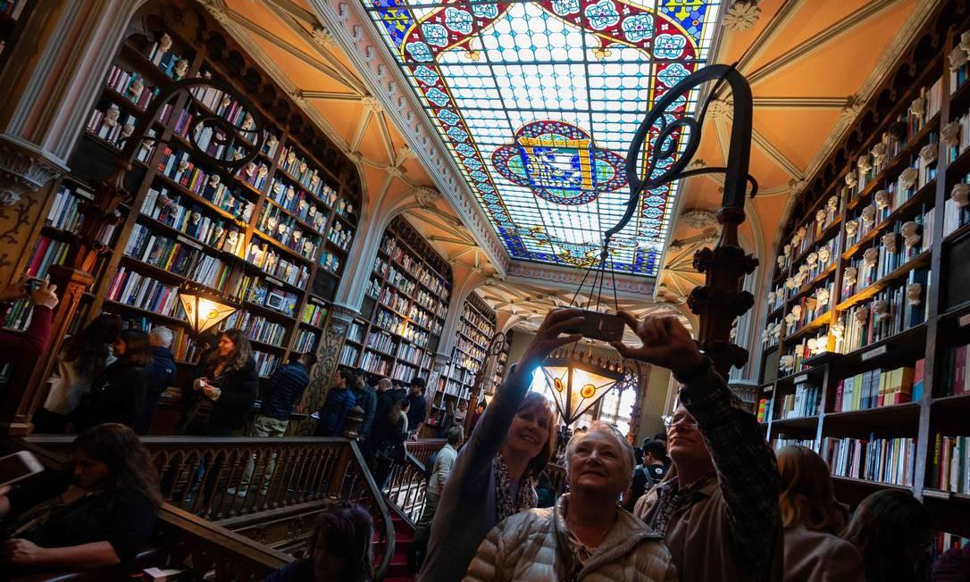 O vitral do teto é outro detalhe que torna a livraria um lugar especial Foto: MIGUEL RIOPA / AFP