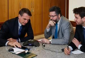 O presidente Jair Bolsonaro telefona para o presidente da Colômbia, Iván Duque Foto: Alan Santos/Presidência