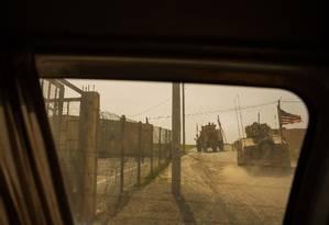Blindados americanos patrulham as estradas que ligam o centro de Manbij aos pontos de contato com tropas turcas, russas e sírias nas áreas rurais da cidade Foto: Yan Boechat / Especial para O Globo