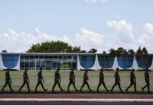 Militares: grupo tem grande peso sobre o déficit da previdência Foto: Daniel Marenco