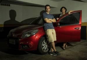 João e Gerusa foram multados porque estariam em fila dupla, mas o automóvel estava na garagem Foto: Brenno Carvalho