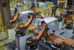 Robôs em ação na fábrica da MAN, em Resende Foto: MALAGRINE / Divulgação