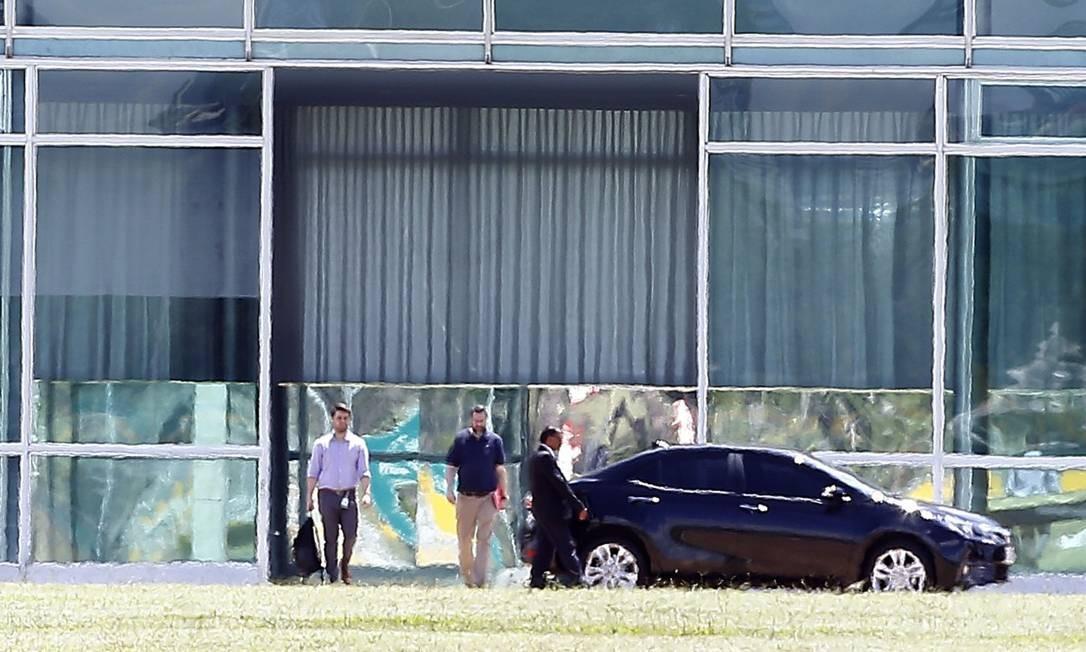 Bolsonaro se reuniu com o ministro das Relações Exteriores, Ernesto Araújo Foto: Jorge William / Agência O Globo