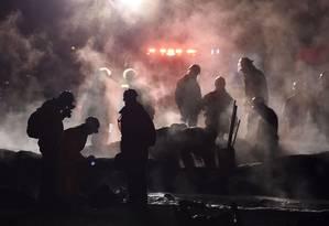 Bombeiros apagam o fogo no local de um incêndio causado por um gasoduto em Tlahuelilpan, no México, em 19 de janeiro de 2019 Foto: ALFREDO ESTRELLA / AFP
